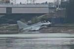 Máy bay tiêm kích rơi xuống sông ở Trung Quốc, người dân vẫn thản nhiên ngồi câu cá